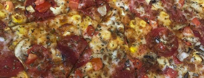 Domino's Pizza is one of Tempat yang Disukai Hasanali.
