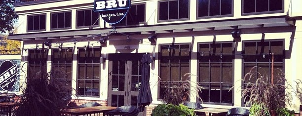 Bru Burger Bar is one of Orte, die John gefallen.