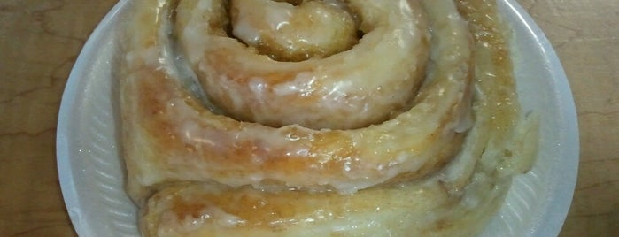 Grandma Ruth's Cinnamon Rolls is one of Locais salvos de Lizzie.