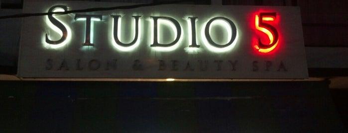 studio 5 is one of Orte, die Corina gefallen.