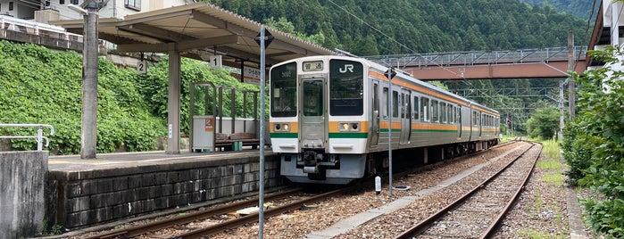 Hiraoka Station is one of JR 고신에쓰지방역 (JR 甲信越地方の駅).