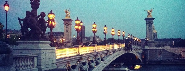 Puente Alejandro III is one of Paris, France.
