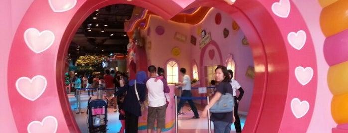Sanrio Hello Kitty Town is one of Tempat yang Disukai Adolfo.