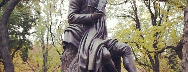 Robert Burns Statue is one of Monuments.