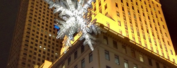 Snowflake at 57th Street & Fifth Avenue is one of Ashley'in Beğendiği Mekanlar.