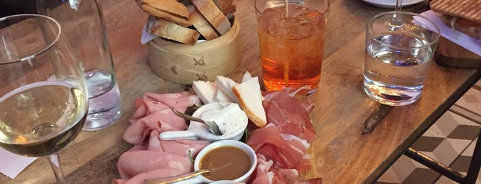 B Café is one of Posti salvati di Giorgia.