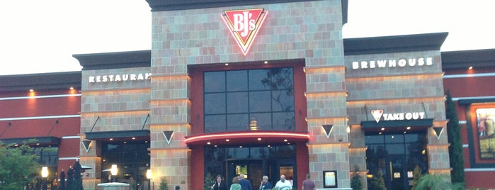 BJ's Restaurant & Brewhouse is one of Tempat yang Disukai Joey.