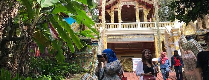 วัดพระธาตุดอยคำ (วัดสุวรรณบรรพต) Wat Phra That Doi Kham is one of Özlem 님이 좋아한 장소.