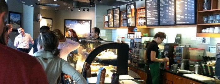 Starbucks is one of Lugares favoritos de Travis.