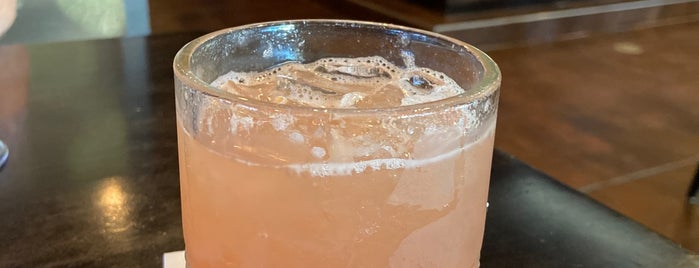 Harvest Seasonal Grill & Wine Bar is one of Lugares favoritos de Mackenzie.