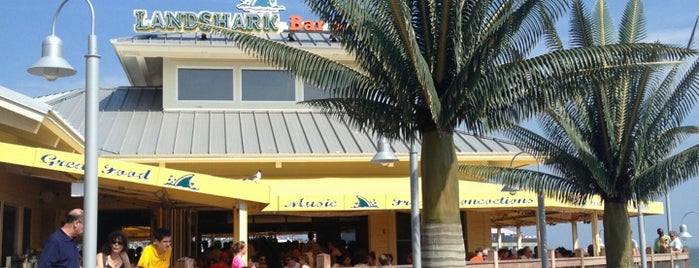 Landshark Bar & Grill is one of Lieux sauvegardés par Lizzie.