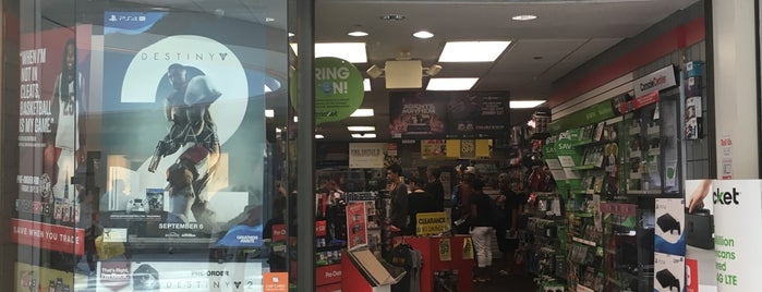 GameStop is one of Elenaさんのお気に入りスポット.