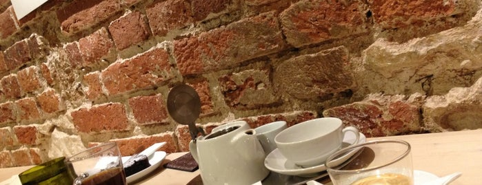 Kavárna Pražírna is one of 10 pražských kaváren, kde stojí za to utrácet.