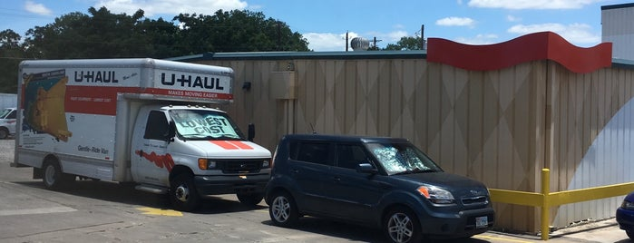 U-Haul Moving & Storage at Ben White is one of Tempat yang Disukai Jessica.