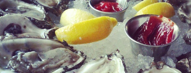 Superior Seafood & Oyster Bar is one of Jamey'in Kaydettiği Mekanlar.