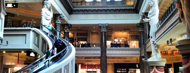 The Forum Shops at Caesars Palace is one of Tempat yang Disukai Ayşem.