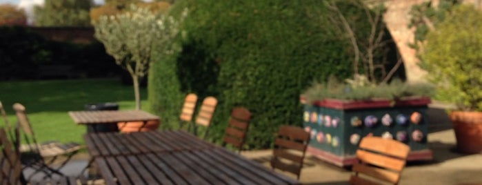 The Tiltyard Cafe and Deli is one of Posti che sono piaciuti a Neil.