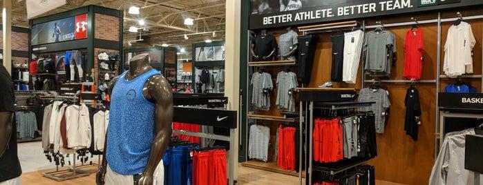 DICK'S Sporting Goods is one of Orte, die Nicholas gefallen.