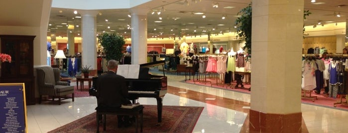 Von Maur, Towne East Square is one of Ginaさんのお気に入りスポット.