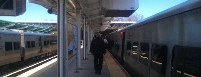 LIRR - Port Washington Station is one of Locais curtidos por Brian.
