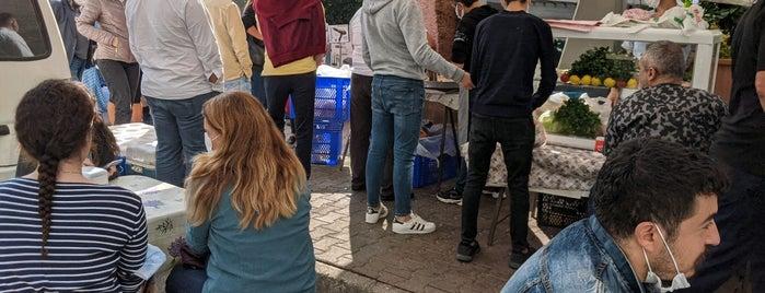 Meşhur pazar dönercisi emin is one of Harbi Yiyorum 1 - Kitaptaki Mekanlar.