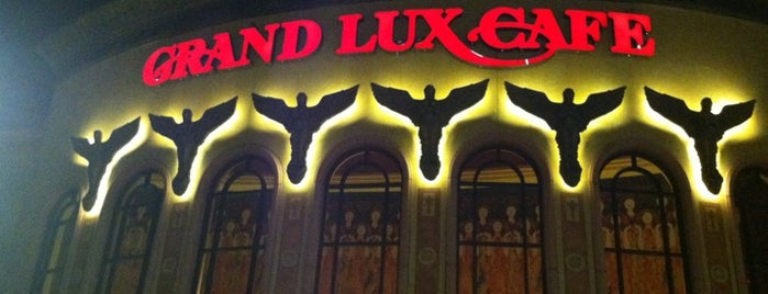 Grand Lux Cafe is one of Locais salvos de Sema.