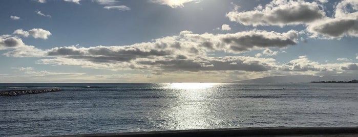 Waikīkī Beach is one of Locais curtidos por Michelle.