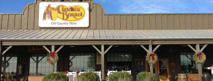 Cracker Barrel Old Country Store is one of Lugares favoritos de Phil.