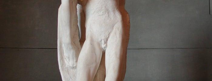 スフォルツェスコ城 is one of Milan's historical places hosting contemporary art.