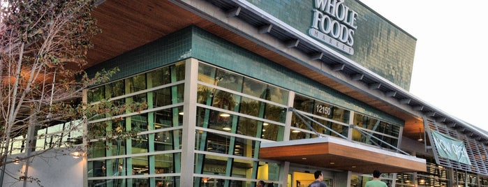 Whole Foods Market is one of Tempat yang Disukai Tati.