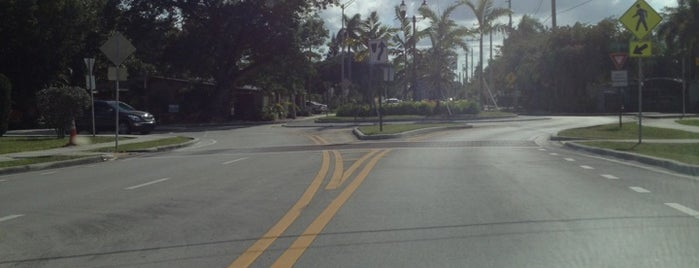 Poinsettia Heights Traffic Circle is one of Locais curtidos por Diego.