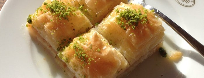Emiroğlu Baklavaları is one of k&kさんのお気に入りスポット.