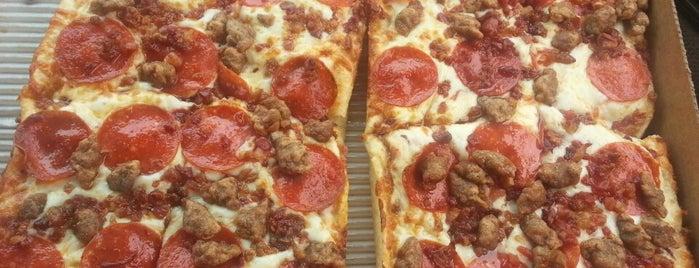 Little Caesars Pizza is one of Tempat yang Disukai Amina.