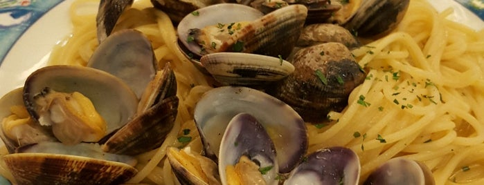 La Perla Restaurant (La Perla) is one of Orte, die Carlos gefallen.