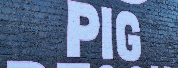 Pig Beach is one of Tempat yang Disukai Tony.