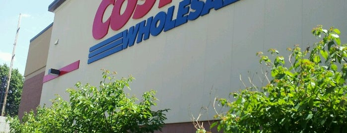 Costco is one of Locais curtidos por Emily.