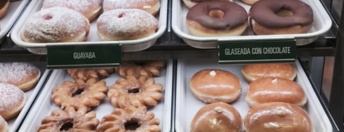Krispy Kreme Doughnuts is one of Orte, die Monica gefallen.