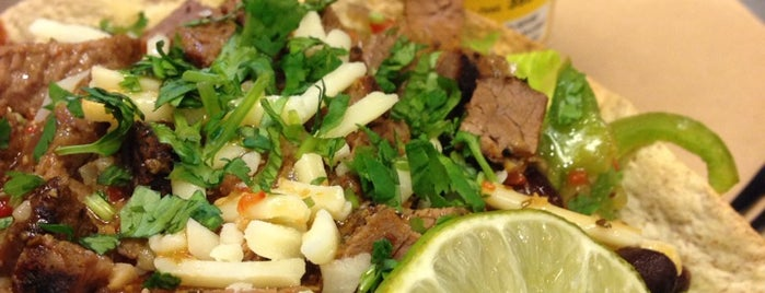 Mucho Burrito is one of สถานที่ที่บันทึกไว้ของ Chantel.