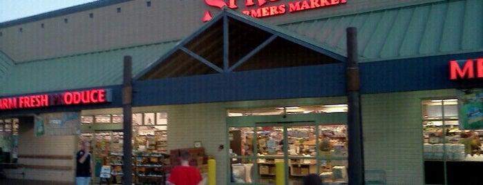 Sprouts Farmers Market is one of Tempat yang Disukai Phil.