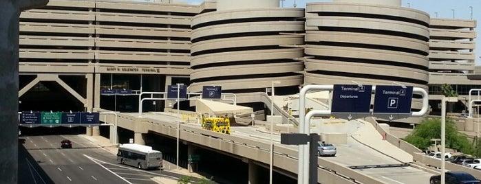 Terminal 4 is one of Locais curtidos por Kelly.