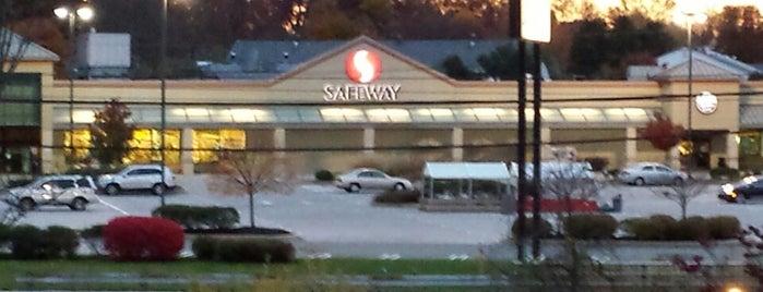 Safeway is one of Lugares favoritos de Matthew.