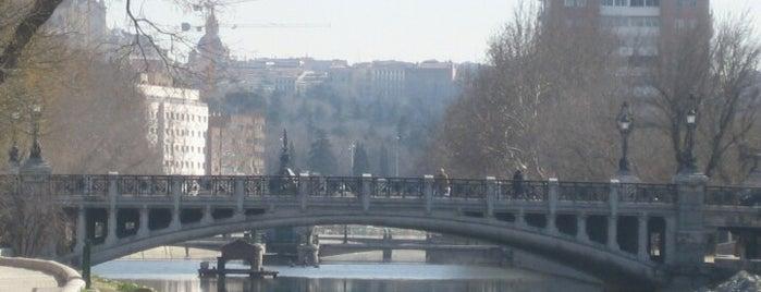 Puente de la Reina Victoria is one of Madrid Río: Puentes, pasarelas y presas.