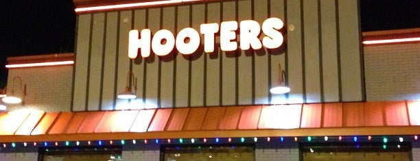 Hooters is one of Locais curtidos por Ted.