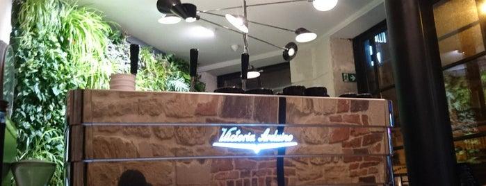 Cafe Rollin is one of Locais curtidos por Nayef.