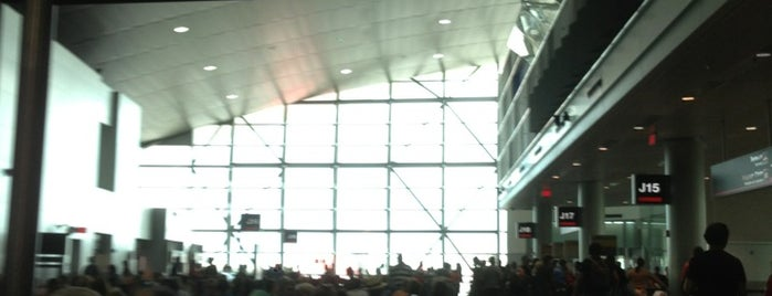 Concourse J is one of สถานที่ที่ Raul ถูกใจ.