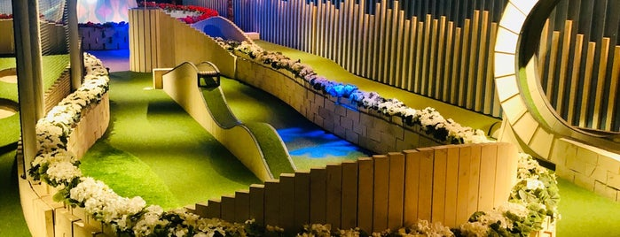 Swingers - Crazy Golf - West End is one of Tempat yang Disukai Ralph.