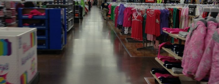 Walmart Supercenter is one of Tempat yang Disukai Dawn.