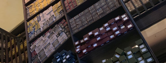 Ollivander's Wand Shop - Diagon Alley is one of สถานที่ที่ Luyba ถูกใจ.