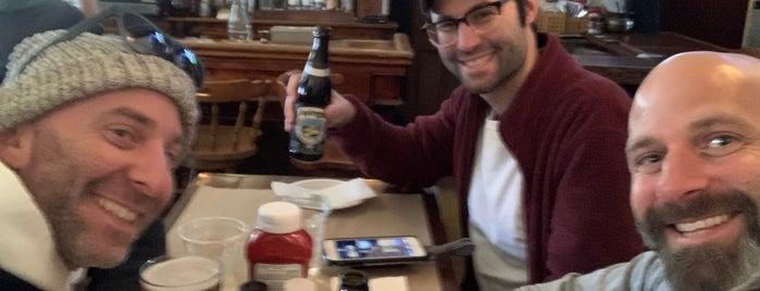 Doug's Pretty Good Pub is one of Alika : понравившиеся места.