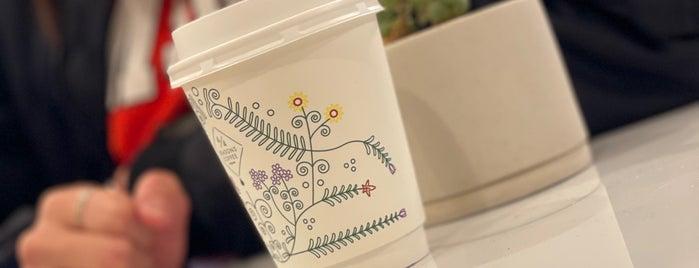 4/4 SEASONS COFFEE is one of สถานที่ที่บันทึกไว้ของ Julian.